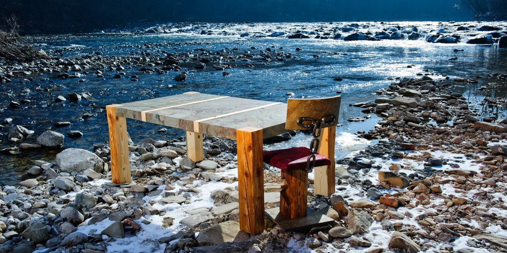 Tisch Altholz und Stein