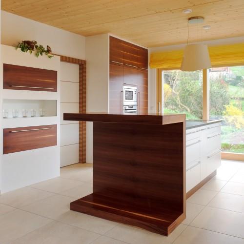 Küche weiß mit Zwetschke