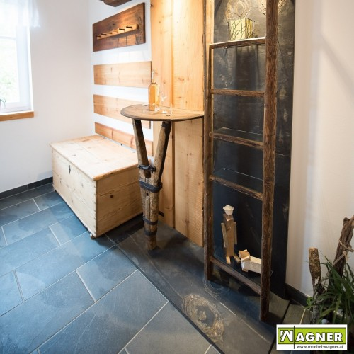 Vorzimmer Altholz und Stein