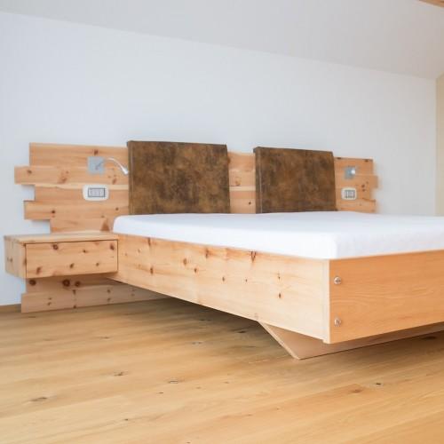 Zirbenbett mit Holzschrauben